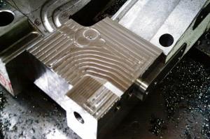 Das vorgefertigte Ersatzstück wird über Schrauben und Stifte mit dem Grundkörper verbunden.